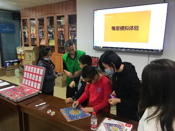 学员们排队体验互动禁毒模拟器材.jpg